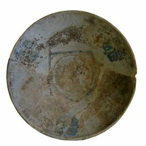 Detall de dues ceràmiques de procedència valenciana decorades en blau.