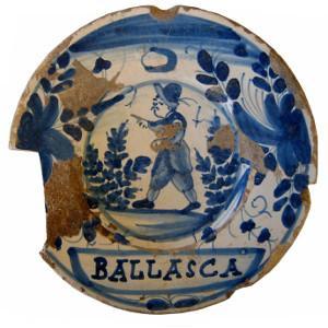 Detall d'un plat de ceràmica blava catalana decorada amb el motiu de la botifarra