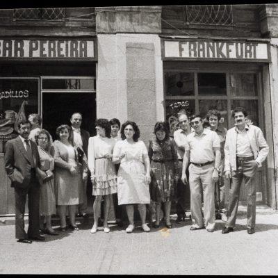 Retrat de grup a la porta del Bar Pereira