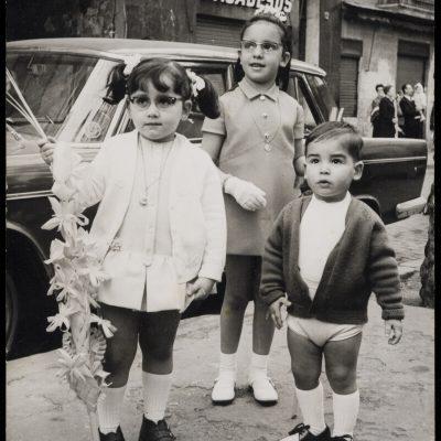 Tres nens retratats en diumenge de Rams al passeig del Born