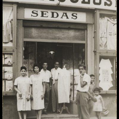 Retrat de grup treballadors botiga articles d'ocasió