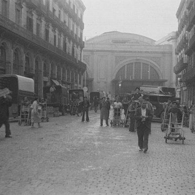 Feines de càrrega i descàrrega al carrer del Comerç durant la guerra