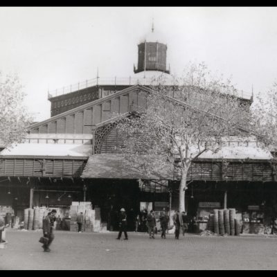 Vista frontal del mercat del Born des de plaça Comercial