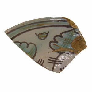 Detall d'un fragment decorat en verd i manganès.