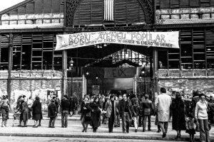 Assistents a les activitats celebrades per demanar la conversió del Born en Ateneu Popular amb la pancarta reivindicativa a la porta de la plaça Comercial. Foto Pérez de Rozas / AFB