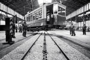 """Febrer 1981. Muntage de l'exposició """"Trens i estacions"""" de la Generalitat de Catalunya a l'interior del Born. Foto Pepe Encinas"""